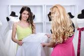 购买婚纱礼服 — 图库照片