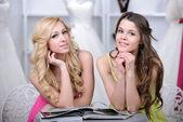 Köpa brudklänning — Stockfoto