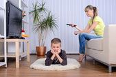 Matka a syn doma — Stock fotografie