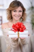 Femme avec cadeau — Photo