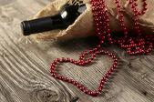μπουκάλι κρασί και καρδιά σχήμα — Φωτογραφία Αρχείου