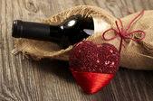 Rött vin med hjärta — Stockfoto