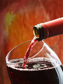 Öntik a pohár vörös bor