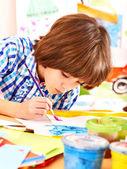 Dítě maluje na stojan