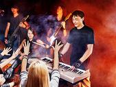 Kapela hraje hudební nástroj