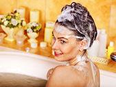 Frau waschen Haare im Bad