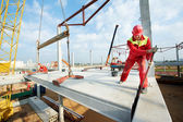 Építő munkás telepítése beton födém