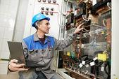 šťastný elektrikář pracuje v linii napájecímu