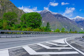 Traffico su strada a pedaggio nelle Alpi italiane