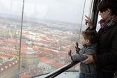 Matka a syn na observatoři v Praze