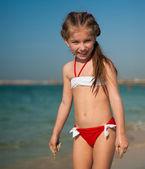 Boldog kis lány a strandon