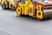 žlutá silniční válce na opravu silnice