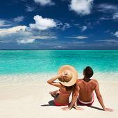 Pár na pláži na Maledivy