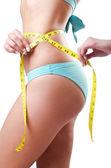 Mladá dáma s centimetr v konceptu ztráta hmotnosti