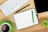 Kancelářské potřeby, zařízení, šálek kávy a apple