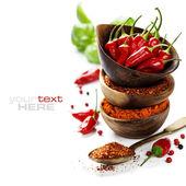 Chilischoten mit Kräutern und Gewürzen