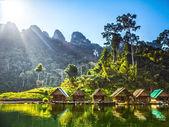 Domy na voru na jezeře v ostrovech v jihovýchodní Asii