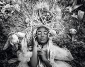 Mode-Bild des sinnlichen Mädchen in hellen Fantasy Stilisierung. schwarz-weiß-outdoor Märchen Kunst Foto
