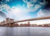 Csodálatos New York-i városkép - felhőkarcoló és a Brooklyn-híd