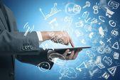 Geschäftsmann, arbeiten mit Tablet und social media