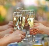 Leute halten Gläser Champagner machen einen toast