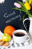 Tulipány, ranní káva, ovoce a křídové desky