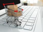 E komerce. nákupní košík s kartony na laptop