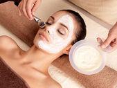 Wellness-Behandlungen für Frau empfangen Gesichtsmaske