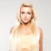 Blonde Frau mit langen geraden Haaren