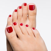 Krásné ženské nohy s červeným pedikúra