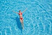 Relaxace v bazénu