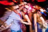 Gruppo di giovani divertirsi ballando al partito