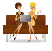 Dvě štíhlé podnikání žena sedět na pohovce s notebookem