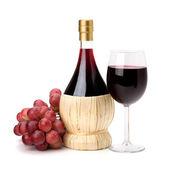 Teljes pohár vörösbor Serlege, az üveg és a szőlő