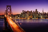 San Francisco-Skyline und Bay-Brücke bei Sonnenuntergang, Kalifornien