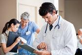 Muž lékař pomocí digitálních tablet