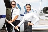 Pilot und Stewardess auf Privatjet