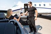 Leibwächter helfen elegante Frau Heraustreten aus dem Auto