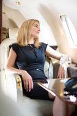 žena dívá oknem soukromé letadlo