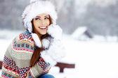 Fiatal nő téli portré. sekély dof