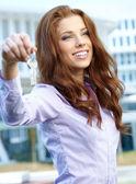 Realitní agent rozdávání klíč