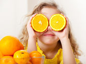 Dítě s pomeranči