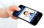 Mano che tiene il cellulare con il sito Web del centro medico