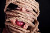Legato donna urlando. concetto di violenza