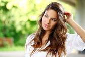 Göndör haja gyönyörű nő