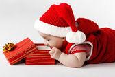 Roztomilý vánoční dítě s dárkem