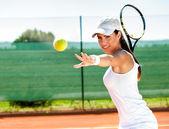 Weibliche Tennis spielen