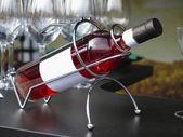 White-Label-Wein Flasche in Unterstützung