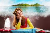 Felice sorridente casalinga con stiro sognando il mare