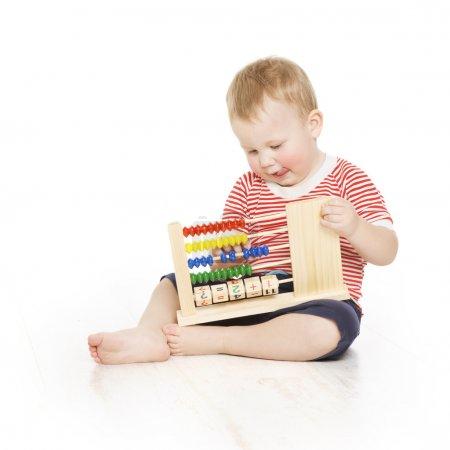 男孩用算盘时钟计数,聪明的小孩学习课,教育的发展